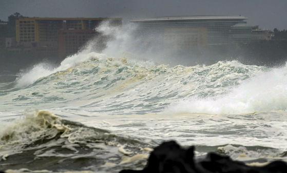 19일 오후, 태풍 다나스가 접근하면서 제주 서귀포시 예래동 앞바다에 파도가 거세지고 있다 [연합뉴스]