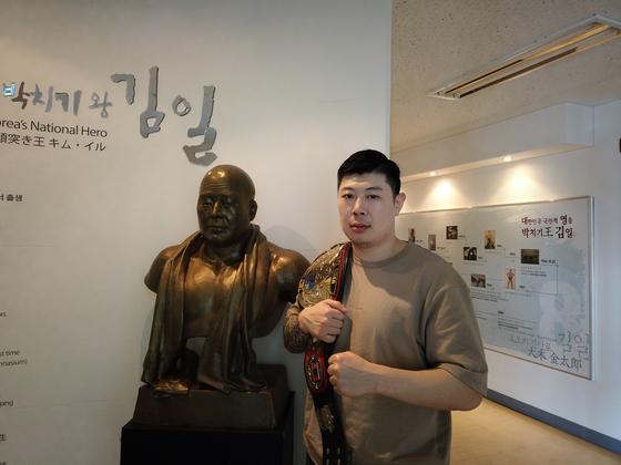 김남석 선수는 챔피언에 오르자마자 김일 선수의 고향을 찾아 인사드렸다. [사진 김남석]