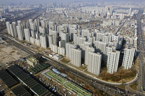 서울 송파구 가락동 헬리오시티는 주택도시보증공사 규제를 받지 않는 조합 보유분을 3.3㎡당 4000만원이 넘는 가격에 분양할 예정이다.