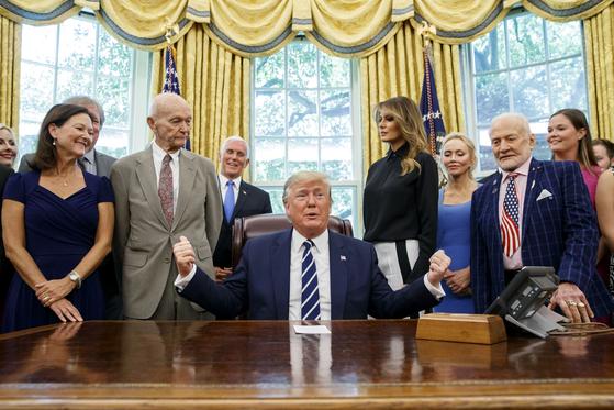 도널드 트럼프 대통령이 19일(현시지간) 백악관에서 아폴로 11호에 탑승했던 우주비행사 마이클 콜린스(왼쪽에서 두번째), 버즈 올드린(오른쪽 두번째) 등과 만나고 있다. 트럼프 대통령은 이날 백악관에서 기자들에게 문재인 대통령이 한일 분쟁에 관여해 달라고 부탁했다고 밝혔다.[AP=연합뉴스]