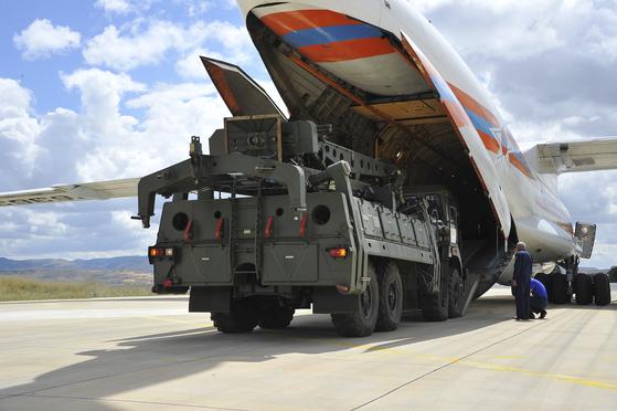 지난 12일 러시아 화물기에서 S- 400 미사일 부품이 터키 공항에 하역되는 모습.[ EPA =연합뉴스]
