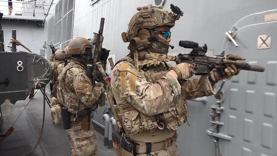 청해부대 29진(대조영함) 검문검색대원이 이동하면서 주변을 경계하고 있다. 이들은 해군 특전단(UDT/SEAL) 소속으로 평소 각종 특수전 상황에 대비한 훈련을 반복한다. [영상캡처=강대석 기자]