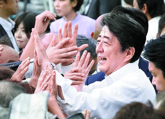 아베 신조(安倍晋三) 일본 총리가 4일 참의원 선거가 고시된 가운데 후쿠시마(福島)현 후쿠시마시에서 첫 유세에 나서 지지자들과 인사하고 있다. [교도=연합뉴스]