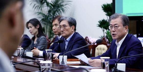 문재인 대통령(오른쪽)이 15일 오후 청와대에서 열린 수석보좌관회의에서 일본의 대(對) 한국 수출 규제와 관련한 발언을 하고 있다. [청와대사진기자단]