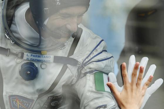 이탈리아의 루카 파미타노가 20일 우주선으로 향하는 버스에 탄 후 가족들과 인사하고 있다.[AP=연합뉴스]