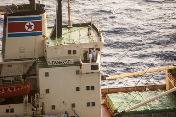 2009년 5월 해적에 쫓기다 청해부대 1진(문무대왕함)으로부터 구조를 받은 북한 다박솔호 선원들이 해군 링스 헬기를 향해 감사 손짓을 하고 있다. [사진 해군 제공]