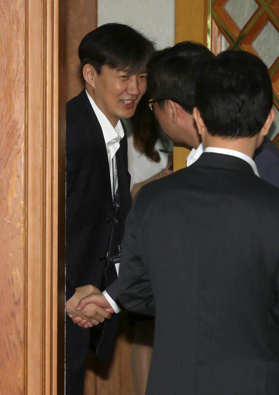 16일 오전 문재인 대통령이 청와대에서 주재한 국무회의에 참석한 조국 민정수석이 참석자들과 인사하고 있다. [청와대사진기자단]