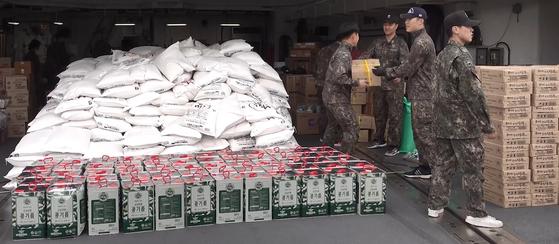 파병부대는 각종 식자재(쌀 20kg 700여 가마ㆍ김치 6000여kg 등)를 싣고 출항한다. [영상캡처=정수경 기자]