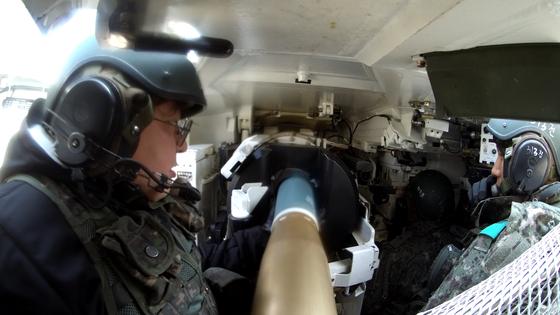 13일 제3기갑여단 혹한기 훈련 중 313호 K1E1 전차 내부에서 전차탄을 장전하고 있다. [영상캡처=공성룡 기자]