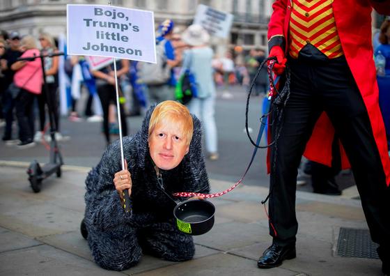 시위대들이 보리슨 존슨의 가면을 쓴 채 브렉시트를 비난하는 상황극을 연출하고 있다. [AFP=연합뉴스]