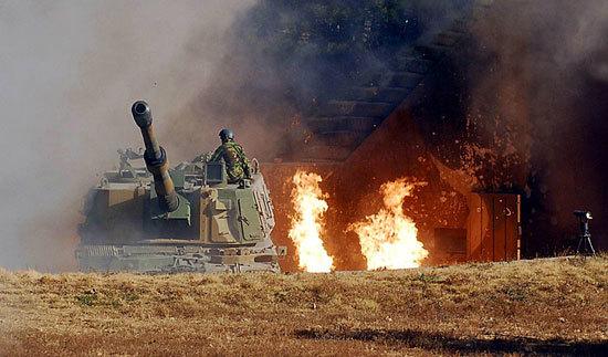 2010년 11월 23일 연평도 포격 도발 사태 때 해병대 K9 자주포가 포화를 뚫고 나오고 있다. [사진 해병대]