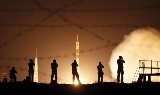 지난 20일 카자흐스탄 바이코누르 우주기지 인근에서 사진가들이 발사장면을 촬영하고 있다.[EPA=연합뉴스]