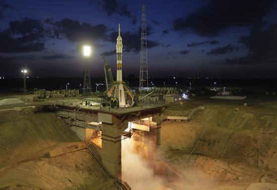 '소유즈 MS-13' 우주선을 실은 로켓이 지난 20일 카자흐스탄 바이코누르 우주기지에서 발사준비를 하고 있다.[AP=연합뉴스]