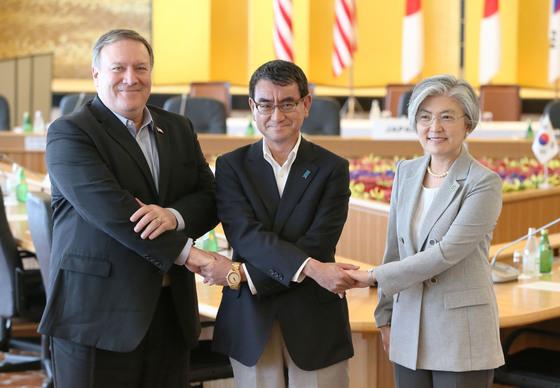 지난해 7월 도쿄에서 만난 마이크 폼페이오 미 국무장관, 고노 다로 일본 외상, 강경화 외교부 장관.(왼쪽부터) [연합뉴스]