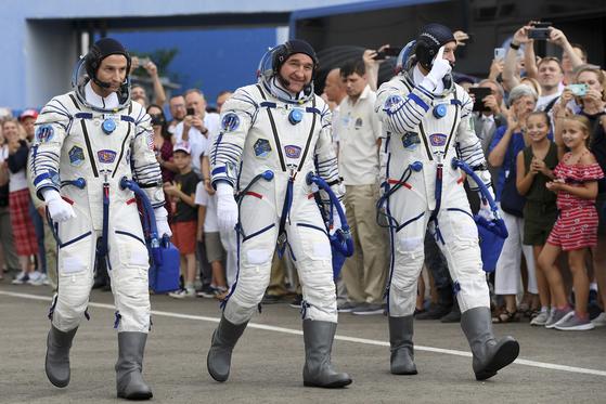 미국의 앤드류 모건, 러시아의 알렉산더 스크보르초프, 이탈리아의 루카 파미타노(왼쪽부터)가 20일 카자흐스탄 바이코누르 우주기지 발사장으로 이동하고 있다.[AP=연합뉴스]