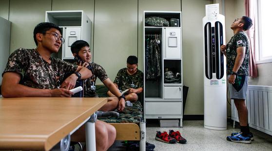 지난해 8월 기록적인 폭염이 이어지고 있는 강원도 홍천군 육군 11사단 기갑수색대대 병영생활관에서 장병들이 보급된 에어컨 바람을 맞으며 더위를 날리고 있다. [사진 육군 11사단]