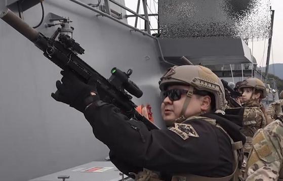 이날 기자와 말리나 인턴기자도 해군 특전단(UDT/SEAL) 훈련에 참여했다. 직접 해보니 어려운 점이 많았다. [영상캡처=강대석 기자]