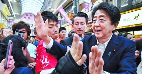 아베 신조(安倍晋三) 일본 총리가 지난 6일 참의원 선거 유세에 나서 오사카(大阪) 상점가에서 유권자들과 인사하고 있다. [연합뉴스]