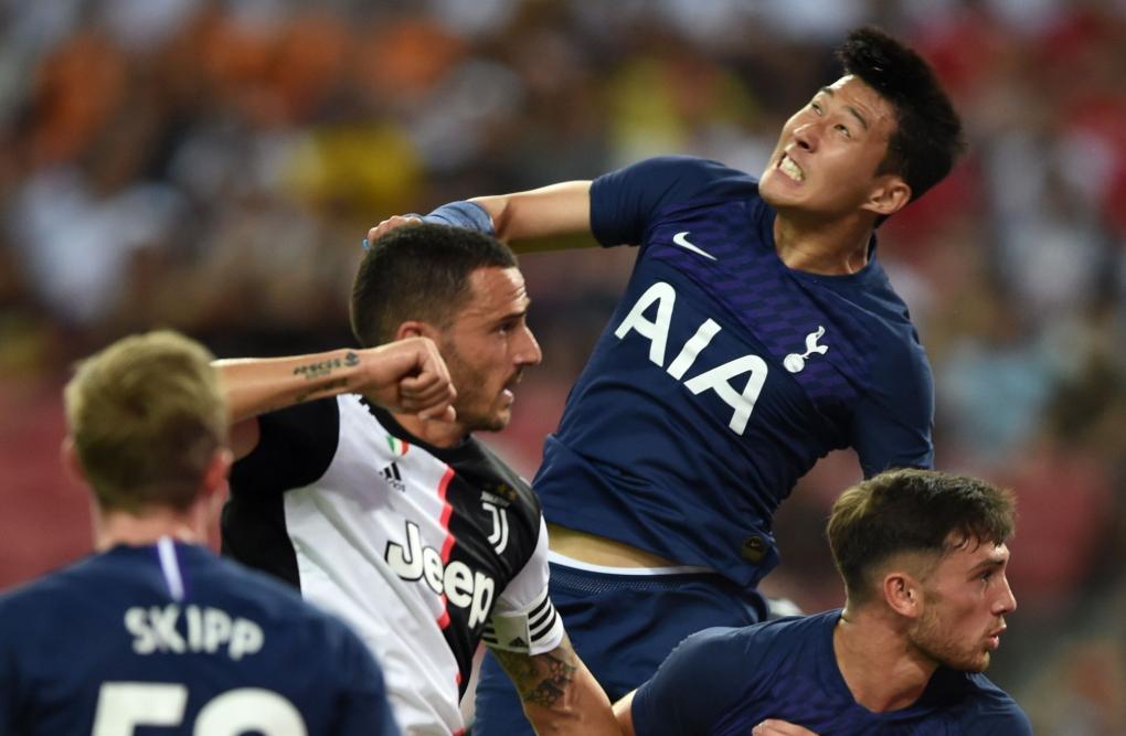 토트넘 공격수 손흥민(오른쪽 둘째)이 21일 싱가포르에서 열린 유벤투스와 ICC 경기에서 헤딩경합을 펼치고 있다.[사진 토트넘 트위터]