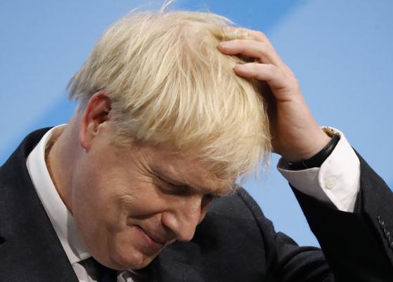 보리스 존슨이 전 외무장관이 17 일 런던에서 연설을 마친 뒤 멋적은 표정을 하고 있다. [AFP=연합뉴스]