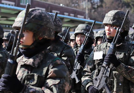 국군간호사관학교 입학을 앞둔 예비생도가 사격술 등 기초군사훈련을 받고 있다. 21일 모든 과정을 통과한 90명 생도가 입학했다. [박용한]