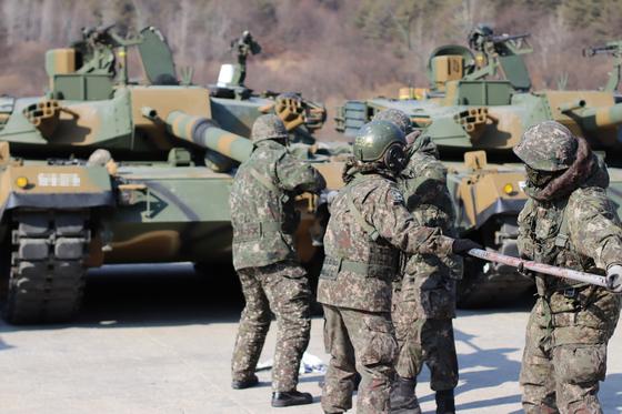 지난 13일 양평 비승훈련장에서 이뤄진 혹한기 훈련에 나선 제3기갑여단 제83전차대대 장병들이 사격 훈련 뒤 포신을 창소하고 있다. 이물질이 남아 있으면 사격할 때 포신 안에서 포탄이 폭발할 수 있다. 포신 청소 역시 매우 중요한 전투준비 임무다. [박용한]