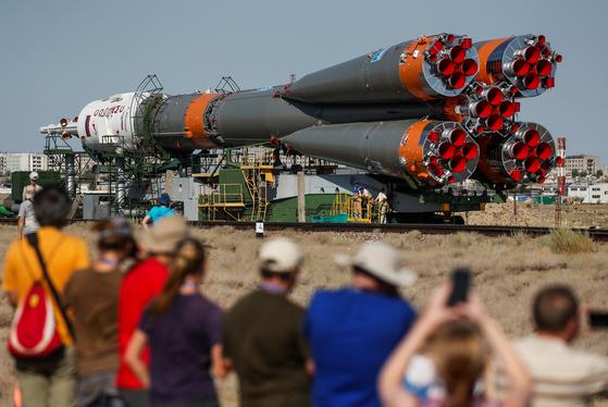 지난 18일 카자흐스탄 바이코누르 우주기지로 소유즈로켓이 이동하고 있다.[로이터=연합뉴스]