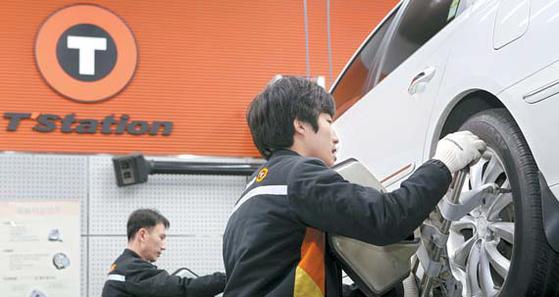 서울의 한 한국타이어 가맹점(티스테이션)에서 직원들이 타이어를 정비하고 있다. [한국타이어]