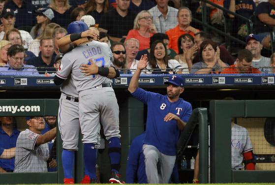 21일 휴스턴전에서 4회 솔로홈런을 치고 더그아웃에서 동료들로부터 축하를 받는 텍사스 추신수. [AP=연합뉴스]