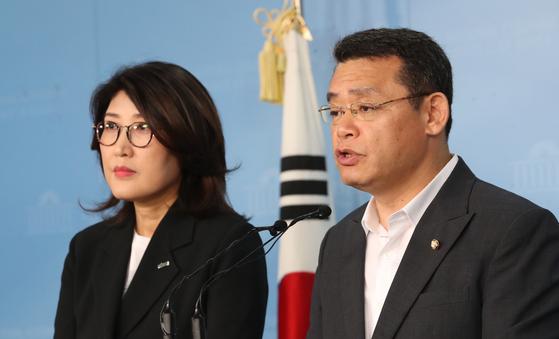 바른미래당 임재훈 사무총장(오른쪽)이 21일 국회 정론관에서 혁신위 관련 기자회견을 하고 있다. [연합뉴스]
