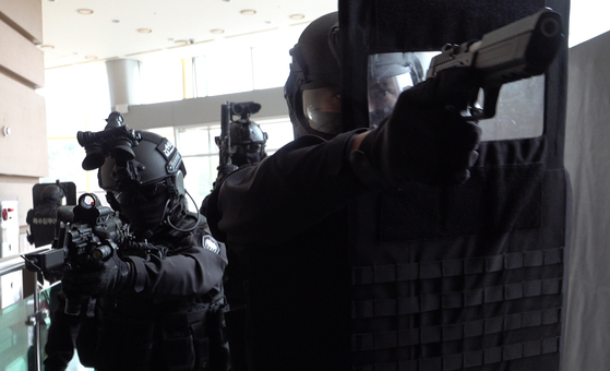 지난 10일 군 강력범 제압 훈련에서 헌병 특수임무대 대원이 사건 현장에 진입 후 수색에 나서고 있다. [영상캡처=강대석 기자]