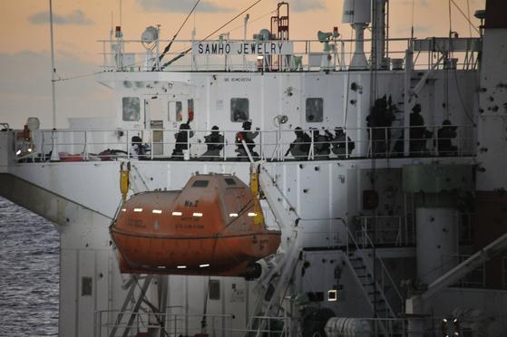 2011년 아덴만 여명작전 중 선교를 장악하는 해군 특전단 대원 [사진=해군 제공]
