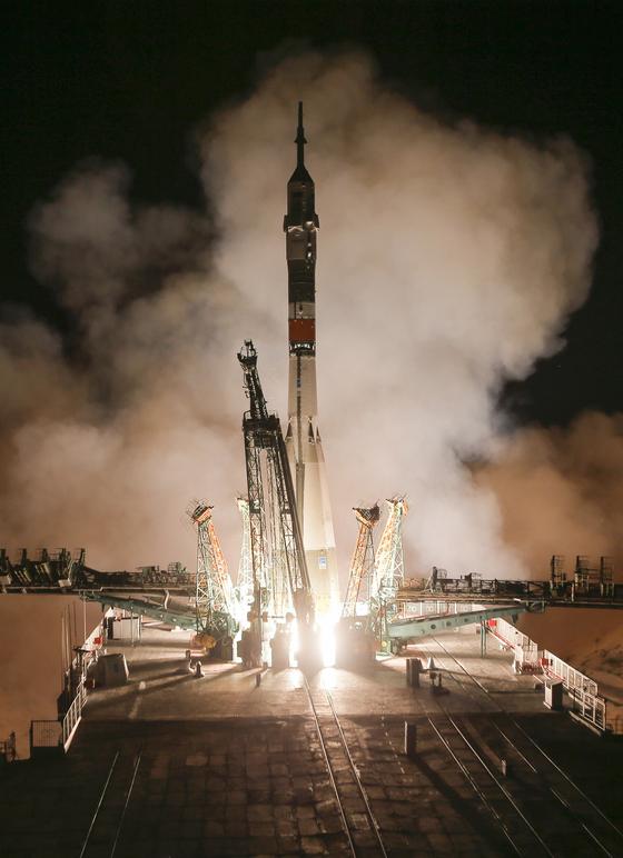 아폴로 11호의 달착륙 50주년인 20일 러시아의 소유즈 로켓이 미국과 러시아 등 우주인을 태우고 발사되고 있다.[AP=연합뉴스]