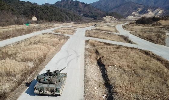 13일 혹한기 훈련에서 83전차대대 K1E1 전차가 전방 표적을 향해기동하고 있다. [영상캡처=공성룡 기자]