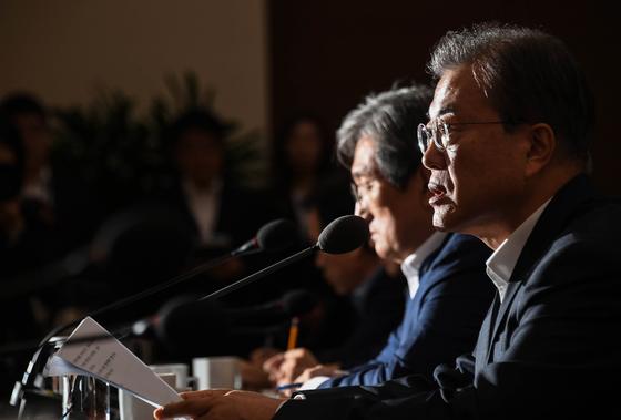 문재인 대통령이 8일 오후 청와대에서 열린 수석보좌관회의에서 발언하고 있다. [청와대사진기자단]
