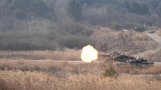 13일 제3기갑여단 혹한기 훈련에서 K1E1 전차가 전차탄을 쏘고 있다. [영상캡처=왕준열 기자]