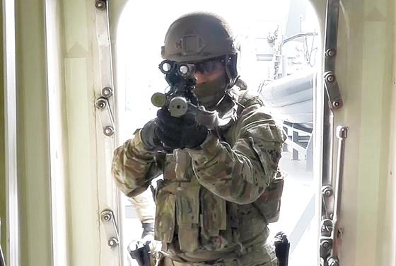 격실로 들어서며 총구를 겨누는 해군 특전단 대원. 청해부대는 우리 국민에게는 든든한 수호자, 해적과 적에게는 가장 치명적인 해결사로 다가선다. [영상캡처=강대석 기자]