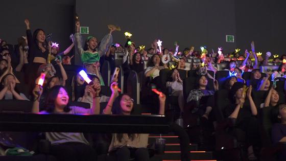19일 CGV용산에서 '알라딘' 4DX 싱어롱(댄서롱) 상영회가 열렸다. 영화 속 캐릭터를 코스프레하거나 LED 왕관을 쓴 관객들이 노래와 춤을 따라하고 있다. CGV 4DX에서 이 영화 관객 수는 90만명으로, '겨울왕국', '어벤져스:엔드게임'을 제치고 역대 1위에 올랐다. [사진 CJ CGV]
