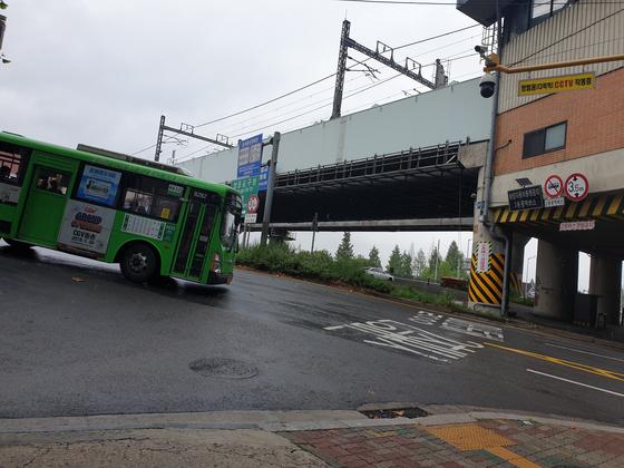 21일 오후 1시쯤 서울 노들로에서 당산역 방향으로 우회전하는 내리막길 구간을 버스 한 대가 지나고 있다. 이후연 기자