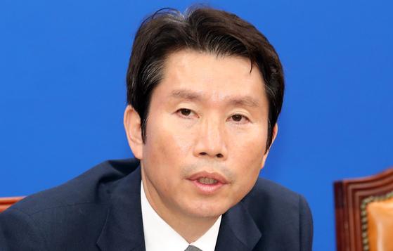 더불어민주당 이인영 원내대표가 21일 서울 여의도 국회에서 기자간담회를 갖고 현안에 대해 설명 하고 있다. [뉴시스]