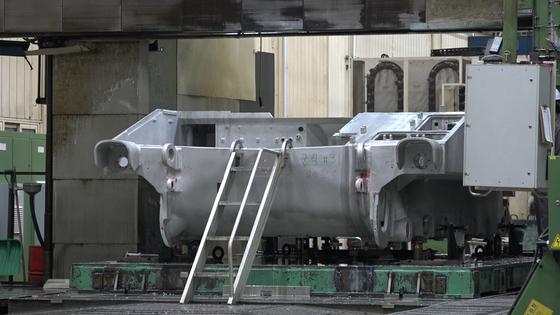 레이저 로봇이 전체 용접 공정 중 70%를 처리한다. 알루미늄 구조는 사람이 직접 손으로 작업하는 '수작업' 공법으로 제작된다. [영상캡처=강대석 기자]