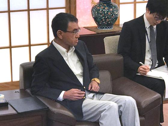 19일 고노 다로 외상이 남관표 주일한국대사를 외무성으로 불러 왜 중재위 구성에 응하지 않았느냐고 추궁하고 있다. [연합뉴스]