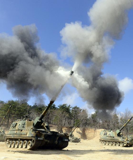 육군 제8군단 포병대대가 강원도 고성 야촌리 훈련장에서 K9자주포 사격훈련을 하고있다. [중앙포토]
