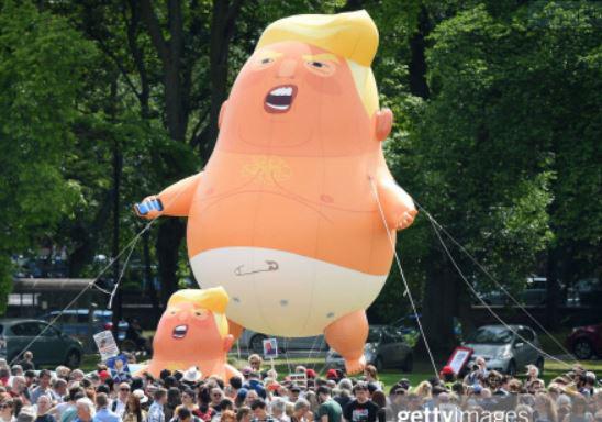 브렉시트를 반대하는 시민들이 지난해 7월 1도널드 트럼프 미국 대통령의 영국 방문에 반대하며 ''베이비 트럼프' 풍선을 띄우며 시위를 하고 있다. [게티이미지=연합뉴스]