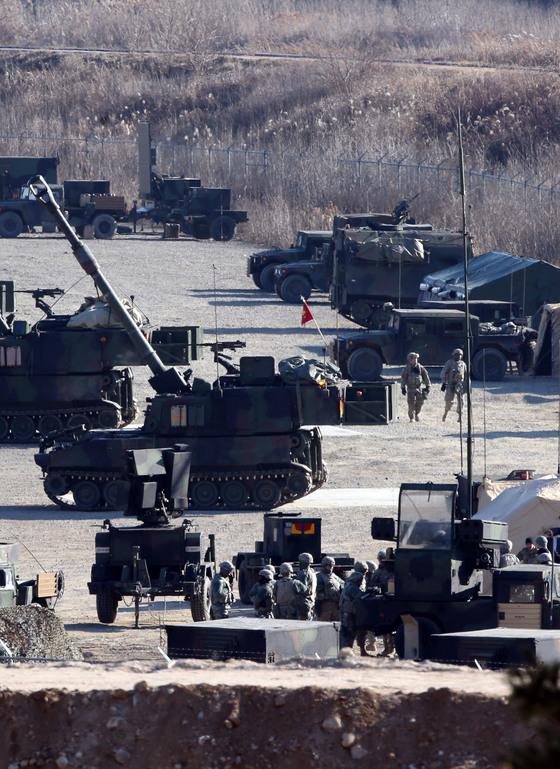 주한미군이 경기도 포천시 영평천 인근에서 팔라딘 자주포를 이용한 훈련을 하고 있다. [중앙포토]