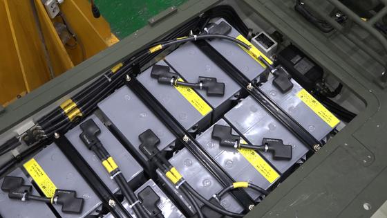 차체 전면에 배터리 8개를 장착하는데 자주포 배터리 1개는 일반 승용차 배터리 용량 두 배다. [영상캡처=강대석 기자]