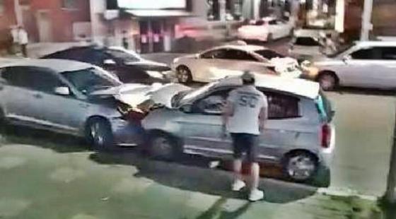 20일 오후 10시35분께 경기도 김포시 통진읍 한 상가건물에서 술에 취해 음주운전을 하던 A씨가 주차된 차량 5대를 들이받았다.[독자제공=뉴스1]