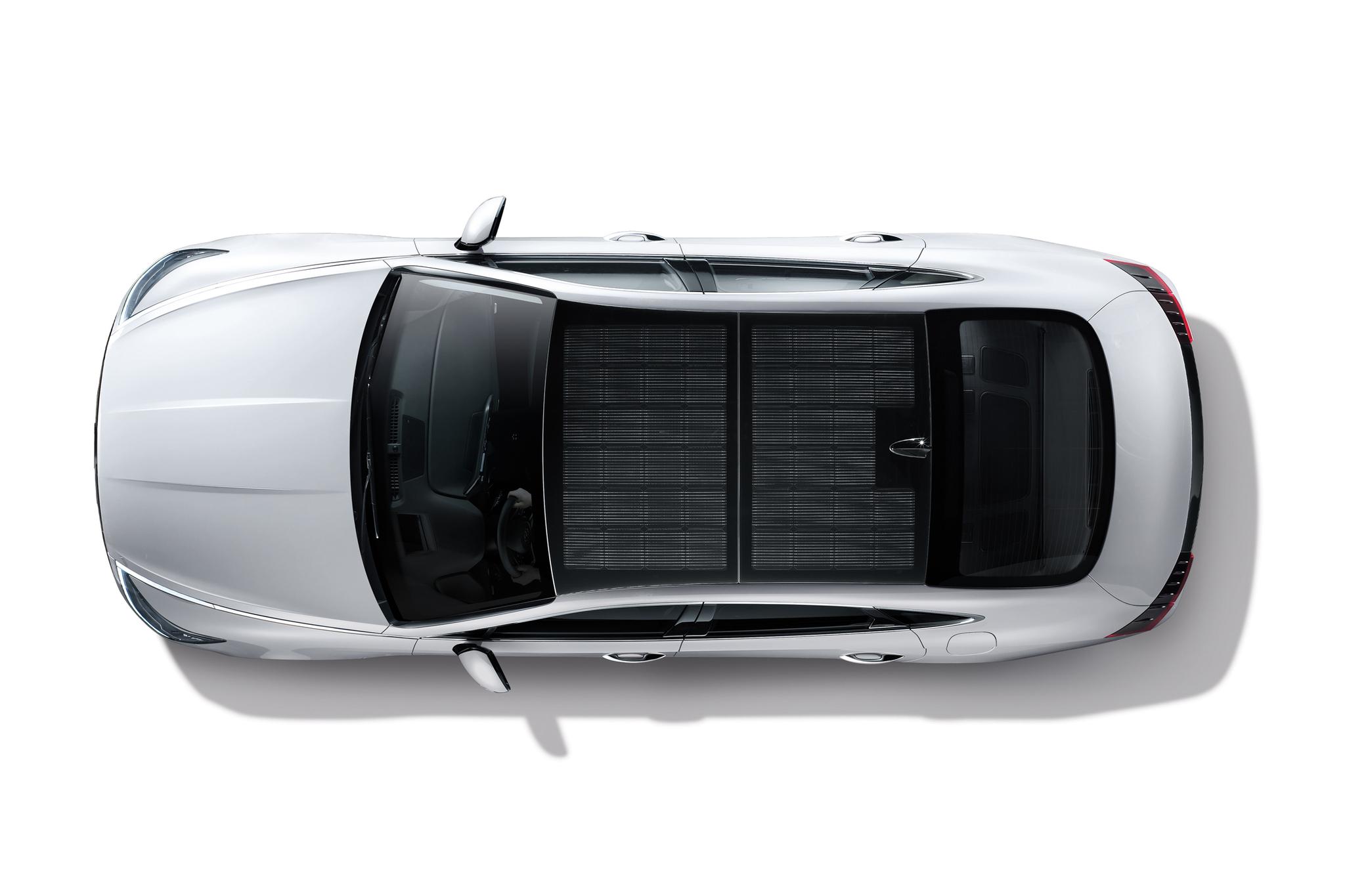 신형 쏘나타 하이브리드에 적용된 '솔라 루프' 시스템. 천정의 태양광 패널로 배터리를 충전해 연간 1300㎞까지 주행거리를 늘릴 수 있다. [사진 현대자동차]