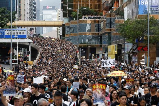 지난 7일 홍콩 코우룬 지역에선 거리로 쏟아져 나온 홍콩인들이 고가차도까지 가득 메운채 홍콩정부가 추진하던 '범죄인 인도법'에 반대하는 시위를 벌이고 있다. [로이터=연합뉴스]
