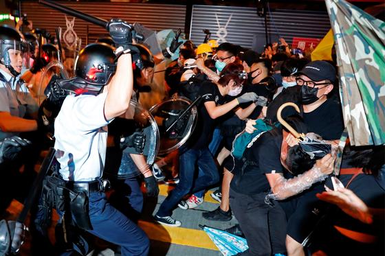 홍콩 경찰이 지난 7일 몽콕 근처의 관광객이 많이 찾는 나탄 로드에서 시위대를 해산하기 위해 무력을 행사하고 있다. [로이터=연합뉴스]